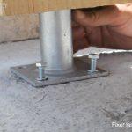 Visser les poteaux au sol